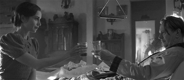 Lily Collins et Gary Oldman dans Mank (2020)