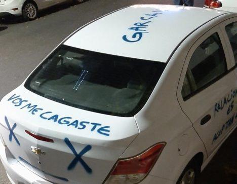 Hubo infidelidad y se vengó con un graffiti en el auto