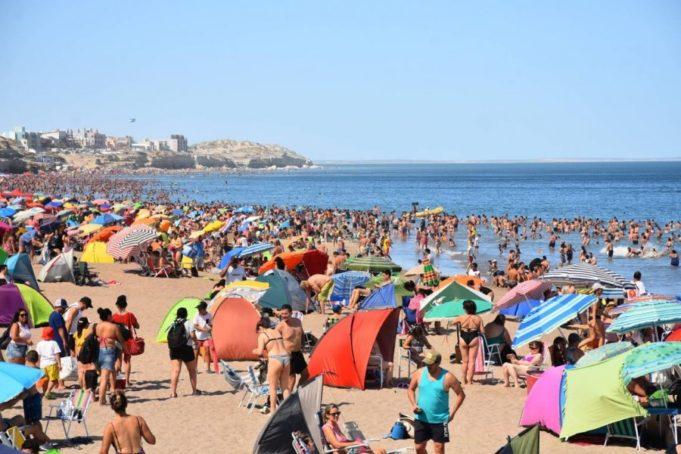 Vecinos de Las Grutas piden que se cierre la ciudad balnearia ante la llegada de turistas