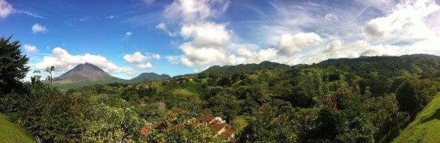 Neljäntenä päivänä näkyi yllättäen sinistä taivasta ja tulivuori Arenal melkein kokonaan