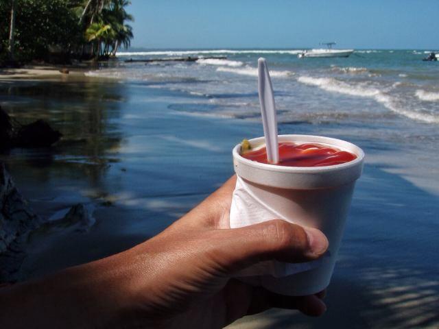 Cheviche - parasta rantaevästä. Raakaa kalaa, limeä, chiliä, sipulia, suolaa, öljyä, korianteria. Kuorrutetaan majoneesilla ja chilikastikkeella ja nautitaan keksin kanssa. 1500 colonia eli kolme dollaria.