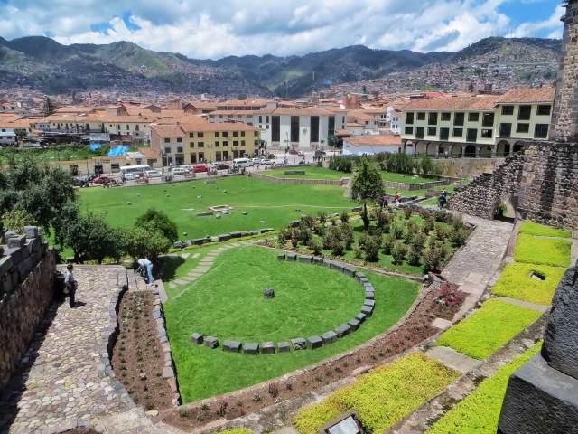 Näkymä Qorikanchan/Santo Domingon puutarhaan ja Cuscoon