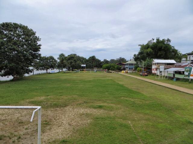 Puerto Nariñon jalkapallokenttä. Keväällä kun Amazonin pinta nousee viisi metriä, tässä pelataan vesipalloa.