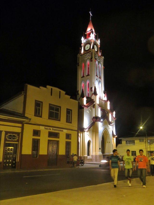 Iglesia Matriz de Iquitos öisessä Disney-valaistuksessa