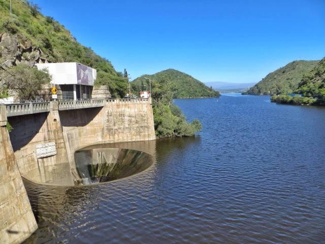 San Roque on tekojärvi. Sen pohjoispäässä, Cosquin-joen suulla on pato. Hämmästyttävintä siinä oli parikymmenmetrinen reikä, joka näytti menevän suoraan maapallon keskipisteeseen.