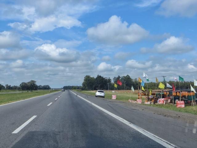 Moottoritien varrella myytiin hedelmiä, juustoa ja salamia.
