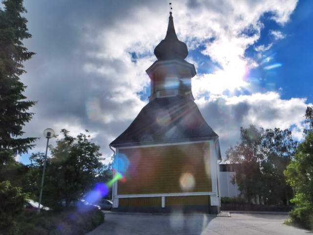 """""""Orivedeltä se lähtee pohjoiseen. """" Oriveden kirkon kellotapuli. Vanha kirkko tuhopoltettiin 50-luvulla, taustalla uusi tiiliviritys."""