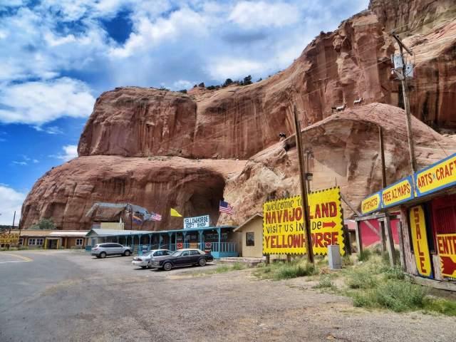New Mexicon ja Arizonan rajalla oli iso matkamuistomyymälä korkean kallion juurella. Arizonan puolella saimme siirtää kelloja taas tunnilla taaksepäin.