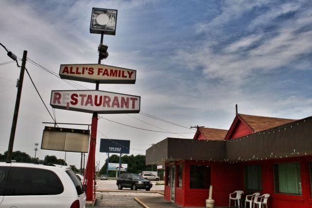 Alli's Family Restaurant, Springfield. Joko ajamme ympyrää tai tämä on eri Springfield kuin aiemmin. Hyvät burgerit kuitenkin.