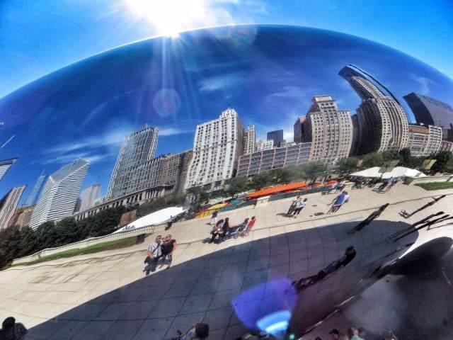 Chicago oli enemmän hikinen kuin tuulinen. Tunnin vierailun aikana ehdimme syömään oikean aamiaisen ja kuvaamaan itsemme valtavan metallipallon vieressä.