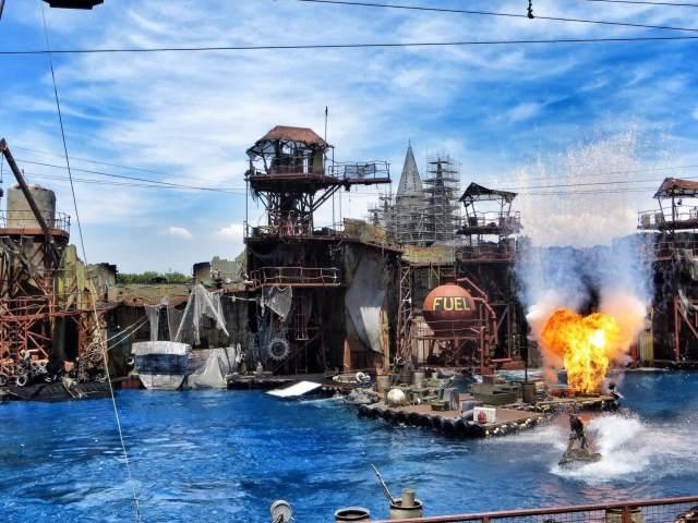 Stunt-, akrobaatti- ja räjähdeshow Waterworld oli komeaa katsottavaa.