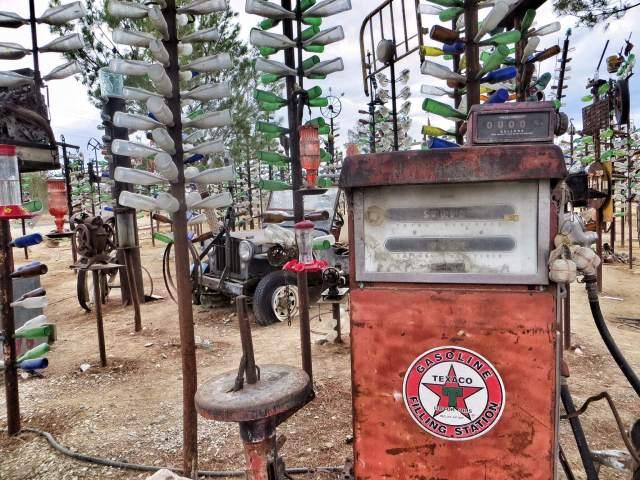Pullometsän keskellä oli aavemainen tunnelma tuulikellojen soidessa. Elmer Long's Bottle Tree Ranch, Oro Grande, CA.