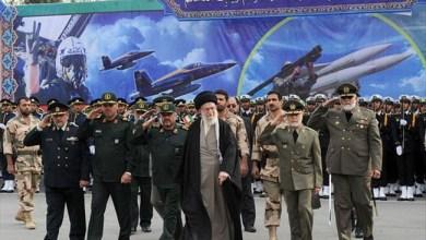 صورة الإمام الخامنئي: أميركا المأزومة لن تجبرنا على الاستسلام