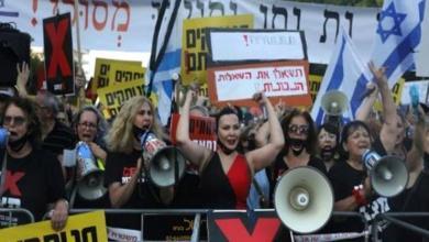 صورة الآلاف يتظاهرون ضد نتنياهو في إسرائيل تتهمه بالفشل في مكافحة كورونا والحد من تداعياته الاقتصادية