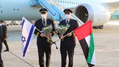 """صورة هُبوط أوّل طائرة تجاريّة إماراتيّة في مطار تل أبيب ونِتنياهو على رأسِ المُحتفلين بوصولها.. لماذا هذه """"المُناكفة"""" بالتّطبيع؟"""