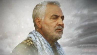 صورة قائد الثورة الإسلامية.. الشهيد سليماني هزم أمريكا حياً وميتاً