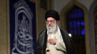 """صورة الإمام الخامنئي عام (٢٠١٥): """"أنف السعودية سيمرغ في التراب"""""""