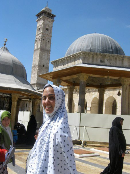 Mujer dentro de la mezquita Omeya de Aleppo