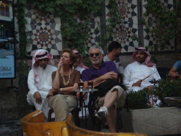 Turistas occidentales y turistas del golfo en al-Nawfara café