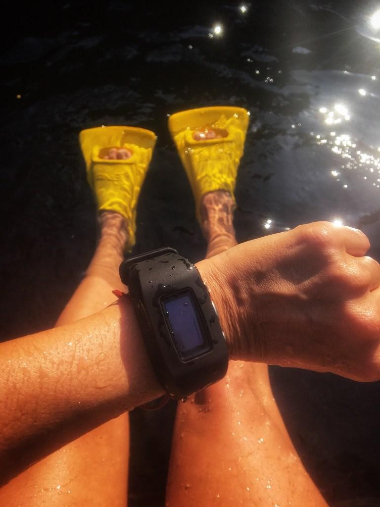 Foto mía usando mis aletas y mi reloj en Las Estacas
