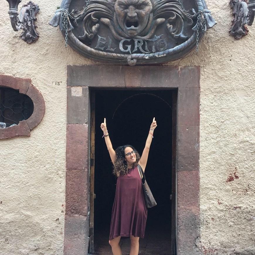 Yo en la puerta de El Grito, lugar en el que pasé muchas noches universitarias
