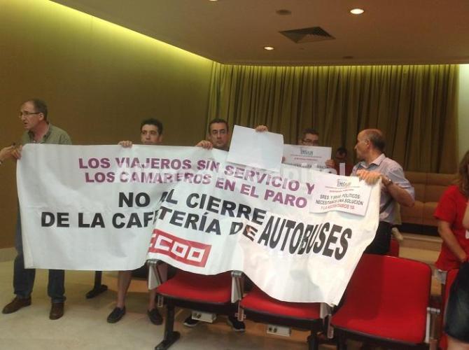 Los trabajadores de la cafetería de la Estación de Autobuses, a la espera de una solución