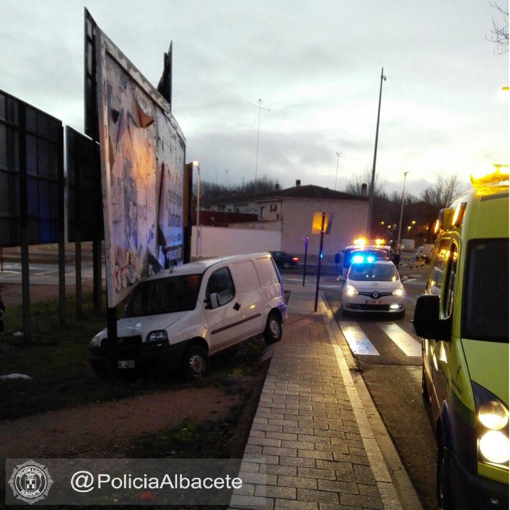 7f7a3205774 Pierde el control del vehículo y colisiona con una valla publicitaria –  Albacete Capital