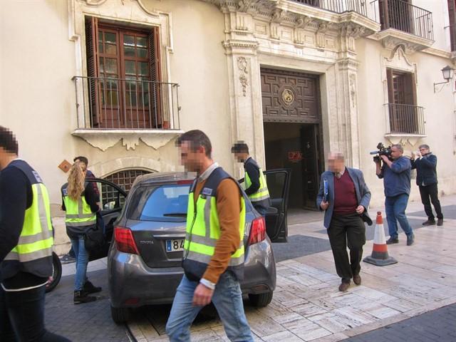 La Policía Nacional entra en la sede de la Confederación Hidrográfica del Segura