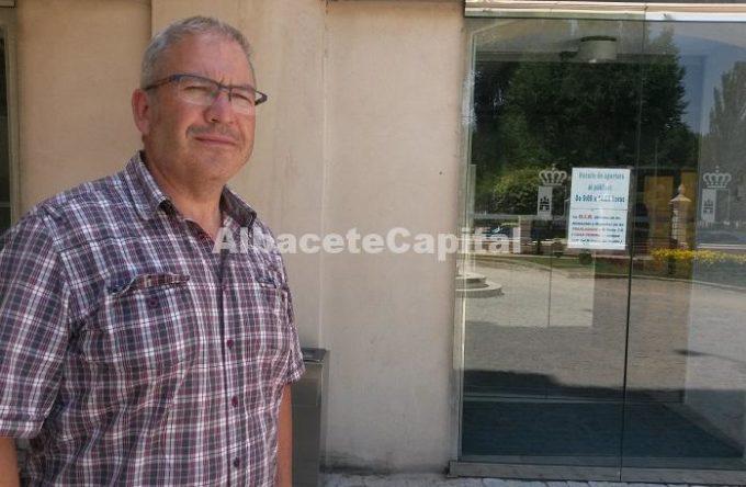 José Ramón a las puertas de la Fábrica de Harinas.