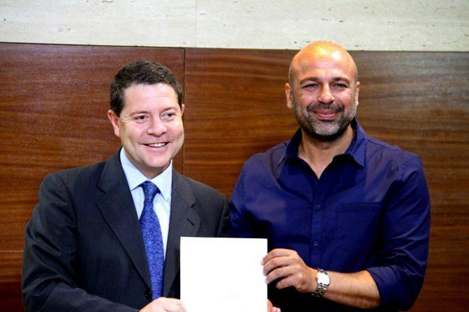 Rúbrica del acuerdo ante notario entre PSOE y PODEMOS para la investidura de Page.