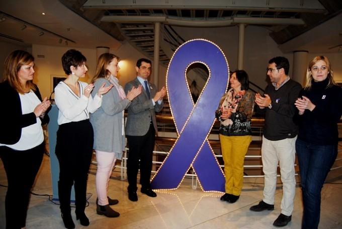 Foto.Encendido lazo contra la violencia de género junto a portavoces grupos municipales.25-11-15