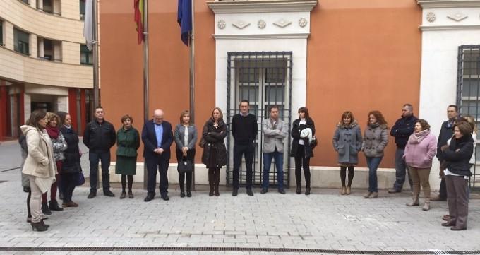 1- La Delegación de la Junta de Comunidades en Albacete se sumó a la concentración silenciosa y minuto de silencio en memoria de los dos policías nacionales fallecidos en el atentado perpetrado en Kabul.