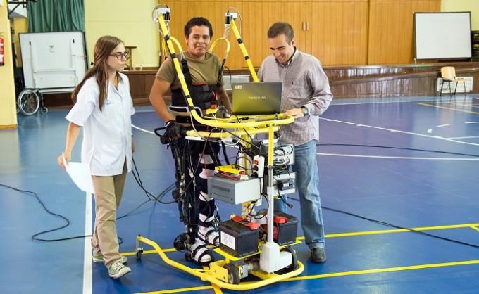 Prueba de un exoesqueleto en el Hospital Nacional de Parapléjicos. (Foto: Carlos Monroy//SESCAM)