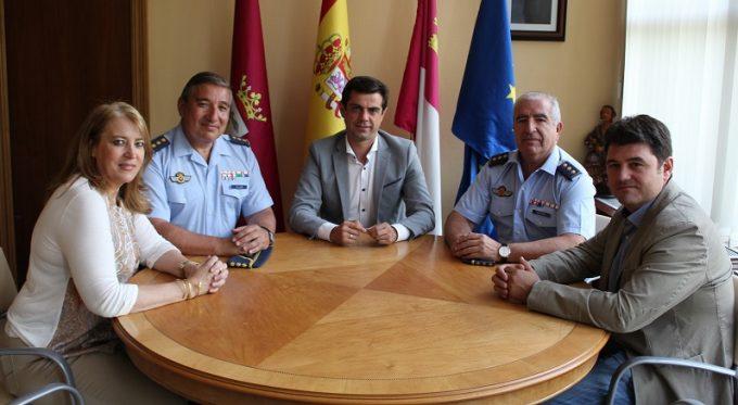 Foto. Javier Cuenca mantiene una reunión con el coronel saliente y el entrante del TLP. 040716