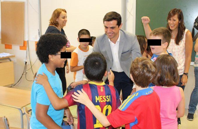 Foto. Javier Cuenca pone en valor la alternativa de ocio y formativa que ofrecen las Escuelas de Verano Municipales a los jóvenes de Albacete. 080716