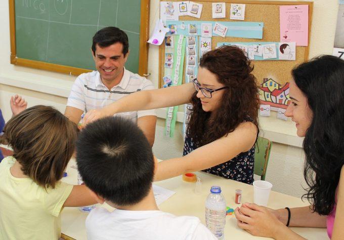 """Foto. Javier Cuenca se muestra """"muy satisfecho"""" por la oferta lúdico-formativa que ofrece la Asociación Desarrollo en su Escuela de Verano. 140716 (3)"""