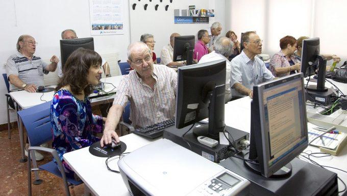 """Persones grans fent exercicis d'informàtica a la CiberCaixa. L'Obra Social """"la Caixa"""" i el Departament de Benestar Social i Família donen un nou impuls a l'envelliment actiu i saludable de la gent gran. L'objectiu del conveni és millorar el benestar d'aquest col·lectiu a través del foment de la participació social i d'hàbits saludables, en el marc del projecte gent 3.0. Lloc de l'acte: Casal Bac de Roda de Barcelona."""