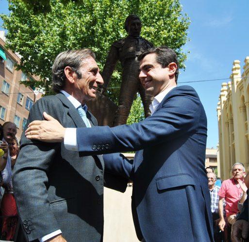 Foto.Javier Cuenca junto a Dámaso González durante la inauguración del monumento al diestro albaceteño (2) (1)