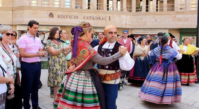 foto-ii-desfile-participantes-en-el-acto-de-exaltacia%c2%b3n-del-traje-manchego-1