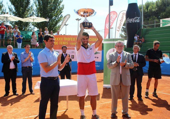 _foto-javier-cuenca-entrega-trofeo-al-ganador_-pablo-andujar-11-9-16