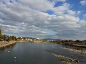 Sungai Hozu dari tengah jembatan