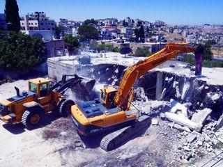 جرافة إسرائيلية تهدم مبنى  شمال شرق القدس أمس