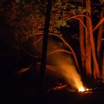 Bivouac dans la nuit et feu de camp Alban Cambe