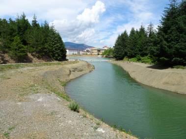 Un canal construit pour conduire une rivière au lac mineur de Puka.