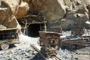 »Kleinunternehmer-Bergwerk« – Suche nach Chrom mit einfachsten Mitteln, bei Bulqiza