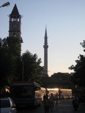 Tirana: Uhrturm und Moschee