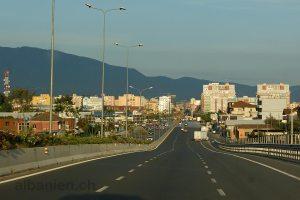 Autobahnende am westlichen Stadtrand von Tirana