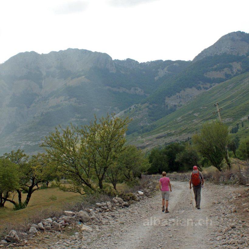 Wanderer in Shkrel, Teil der Albanischen Alpen