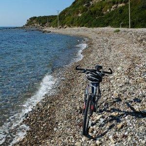 Mountain Bike am Strand in Albanien