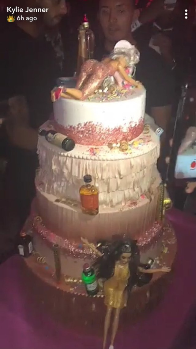 Photo Birthday Cake Kylie Jenner Birthday Cake Had 5 Tiers Of Drunk Barbies